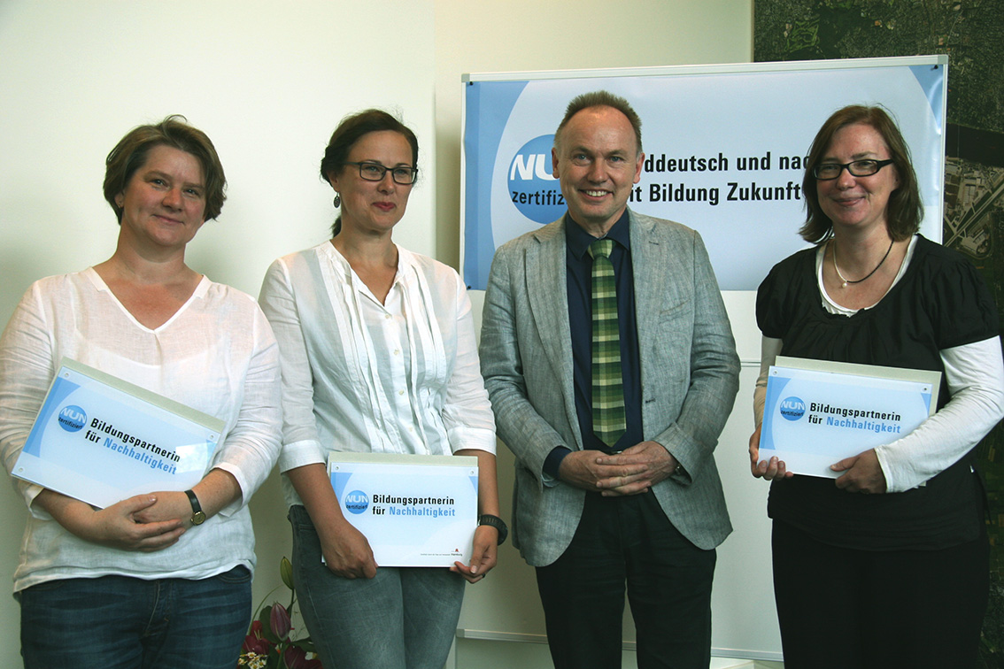 Anita Nemeth-Hesemann (li), Grit Jacobasch (mi) und Susanne Klaar (re) freuen sich über die NUN-Urkunde und die NUN-Plakette, die sie von Staatsrat Michael Pollmann (2.v.re.) erhalten haben.